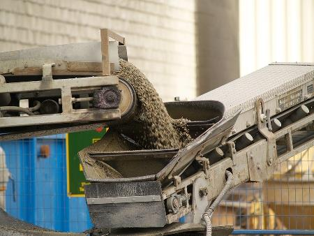 How to choose between a pneumatic conveyor or mechanical conveyor