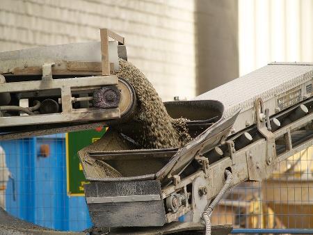 How to choose between a pneumatic conveyor or mechanical conveyor